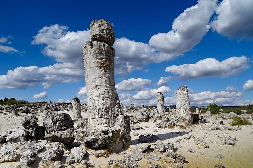 A helyiek ősidők óta ismerték a köveket, de szinte semmit nem tudtak róluk. 1828-ban kezdtek csak el tudományos magyarázatot keresni az eredetükre.