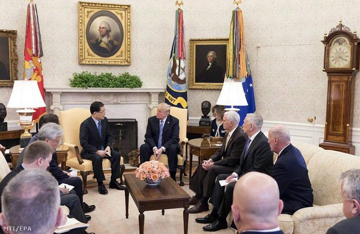 Donald Trump amerikai elnök (k jobbra) és Csung Juijong Mun Dzsein dél-koreai elnök nemzetbiztonsági tanácsadója (k balra) megbeszélést tart a washingtoni Fehér Házban 2018. március 8-án.