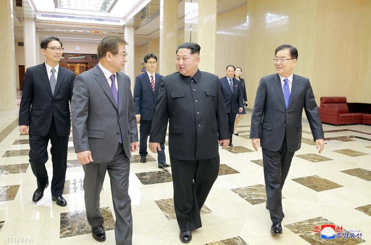 Kim Dzsong Un észak-koreai vezetõ (k) fogadja a dél-koreai nemzetbiztonsági hivatal élén álló Csung Ej Jong (j) vezette küldöttség tagjait Phenjanban 2018. március 5-én.