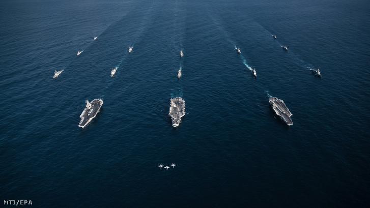A Theodore Roosevelt, a Ronald Reagan és a Nimitz amerikai repülőgép-hordozókat kísérik Aegis típusú rakétavédelmi rendszerrel felszerelt amerikai hadihajók a dél-koreai haditengerészettel tartott hadgyakorlaton a Csendes-óceánon, a Koreai-félsziget közelében 2017. november 12-én.