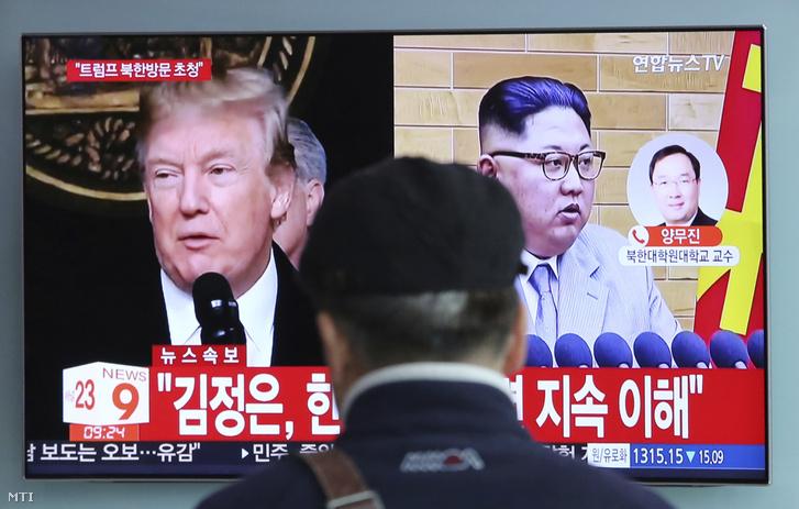 A Donald Trump amerikai elnökről (b) és Kim Dzsong Un elsőszámú észak-koreai vezetőről szóló híradást nézi egy férfi a szöuli központi pályaudvar egyik képernyőjén 2018. március 9-én. Csung Jui Jong, Mun Dzse In dél-koreai elnök nemzetbiztonsági tanácsadója az előző nap folyamán Washingtonban bejelentette, hogy Trump májusban találkozik Kim Dzsong Un észak-koreai vezetővel.