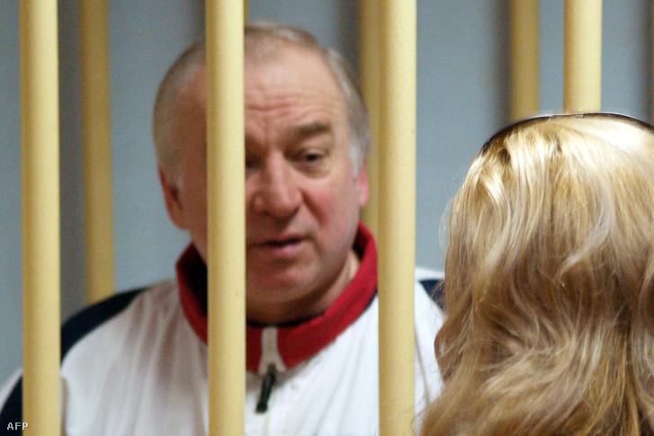 2006. augusztus 9. Szergej Szkripal orosz kém rács mögül beszél ügyvédjével