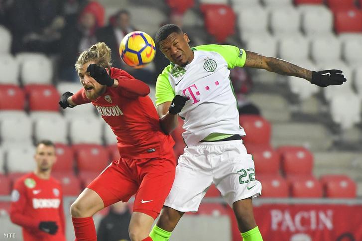 A diósgyőri Bacsa Patrik (b) és a ferencvárosi Otigba Kenneth a labdarúgó OTP Bank Liga 21. fordulójában játszott Diósgyőri VTK - Ferencváros mérkőzésen a debreceni Nagyerdei Stadionban 2018. március 3-án.