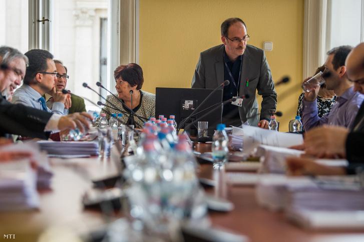 Középen Patyi András, a Nemzeti Választási Bizottság (NVB) elnöke és Pálffy Ilona, a Nemzeti Választási Iroda (NVI) vezetője a testület ülésén Budapesten az NVI székházában 2018. március 9-én.