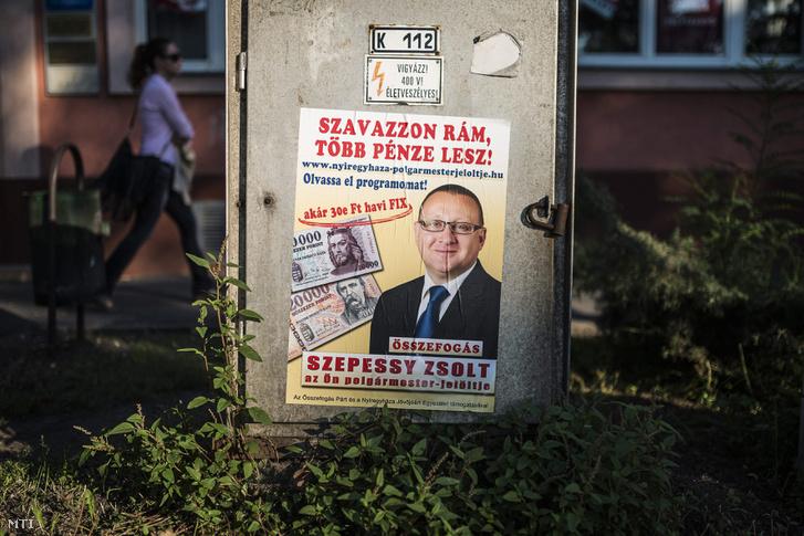 Szepessy Zsolt, az Összefogás Párt és a Nyíregyháza Jövőjéért Egyesület támogatásával induló polgármesterjelölt plakátja Nyíregyházán, a Dózsa György utcán 2014. szeptember 18-án.