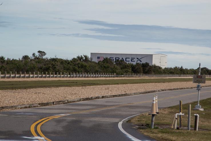 Hurrá, valamit látunk a SpaceX-ből is. Az ott a hangárjuk, ahhoz közel lesz valahol a 39A kilövőállomás, ahonnan a Falcon Heavy-t lőtték később