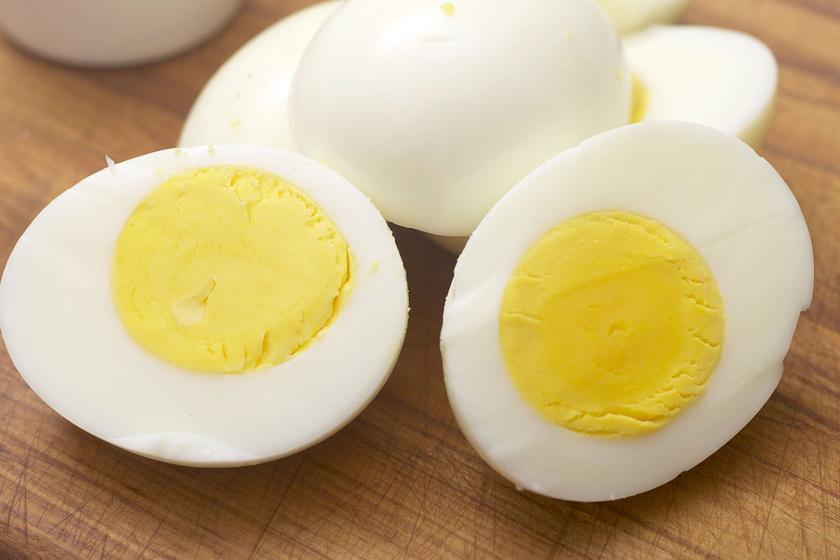 Az orvos szerint a tojás nemcsak egészséges, de a fogaknak is jót tesz: tele van A- és D-vitaminnal, ami erősíti az ínyt és a fogakat, és fehérebbé is teszi őket.