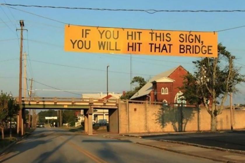 Zseniális táblát akasztottak az út fölé: rengeteg balesetet előz meg