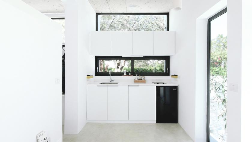 Az ablakok sokasága természetes napfénnyel tölti meg a lakásbelsőt.