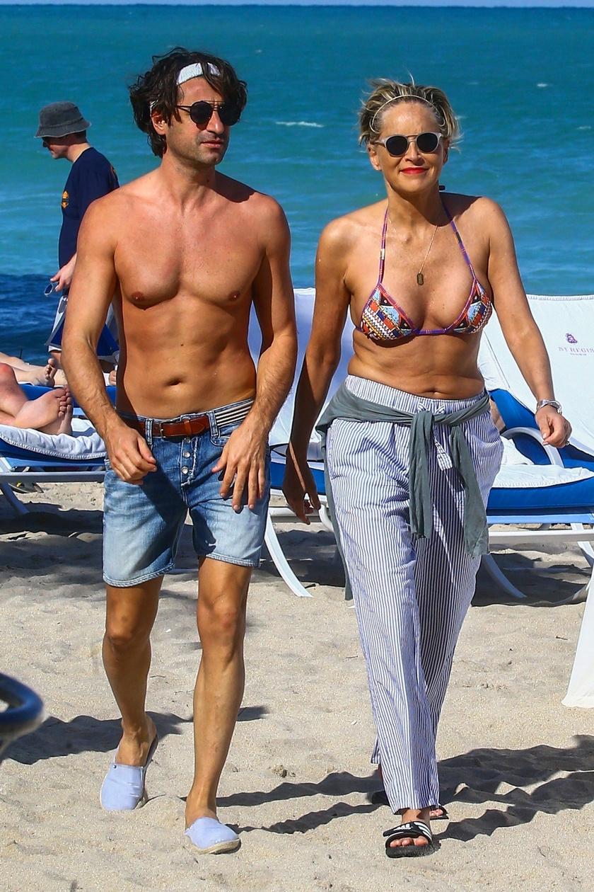 Sharon Stone-t legutóbb Miami tengerpartján kapták lencsevégre egy szexi pasival.