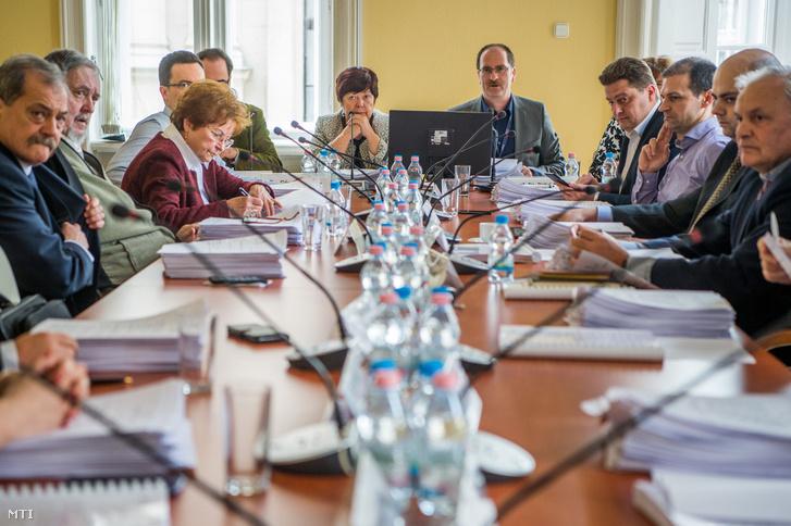 Szemben középen Patyi András a Nemzeti Választási Bizottság (NVB) elnöke és Pálffy Ilona a Nemzeti Választási Iroda (NVI) vezetõje a testület ülésén Budapesten az NVI székházában 2018. március 9-én.