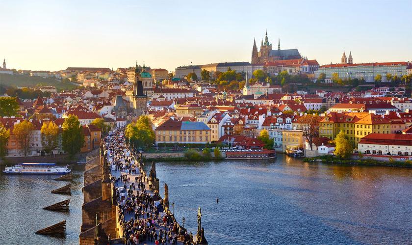 Prága már 4990 forinttól elérhető, így szinte bárki átsétálhat a Károly hídon, megnézheti a Strahov-kolostort, vagy sörözhet egy helyi kocsmában.