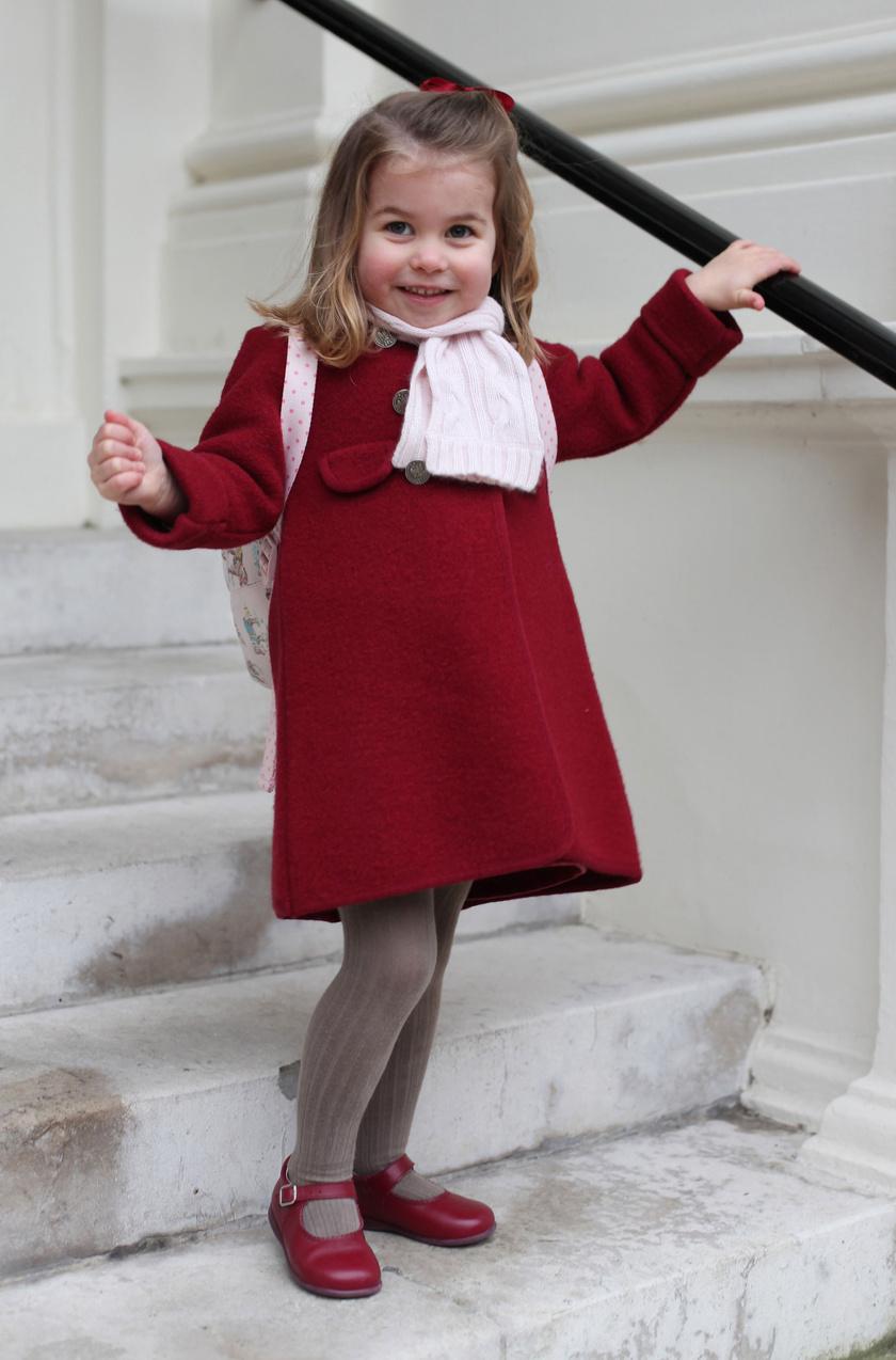 Charlotte hercegnő tündéri ebben a kis, piros kabátban, anyukája jó ízléssel öltözteti fel őt mindig.