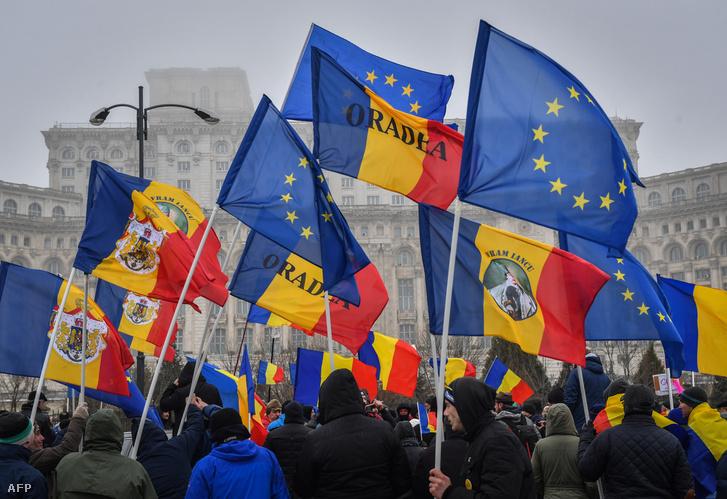 Korrupcióellenes tüntetés résztvevői Romániában.
