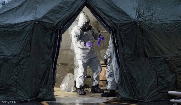 A brit védelmi minisztérium által közreadott képen bûnügyi szakértõk vizsgálódnak Szergej Szkripal korábbi orosz kettõs ügynök mérgezése ügyében a dél-angliai Salisbury kórházánál 2018. március 10-én.