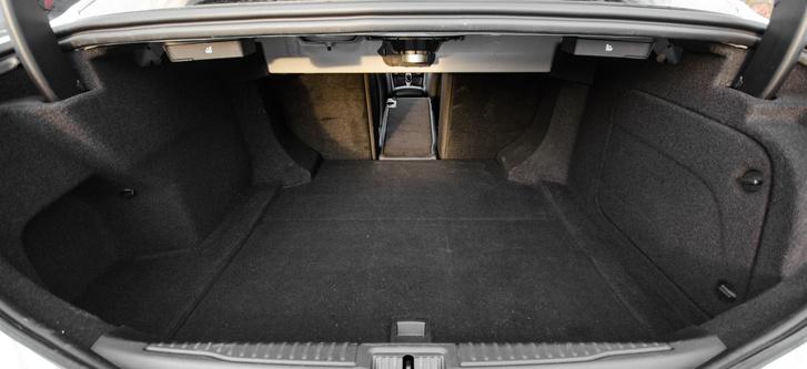 Kicsi (450 liter) és rosszul pakolható - ilyen egy multilink futóműves, jól kimerevített autó csomagtartója
