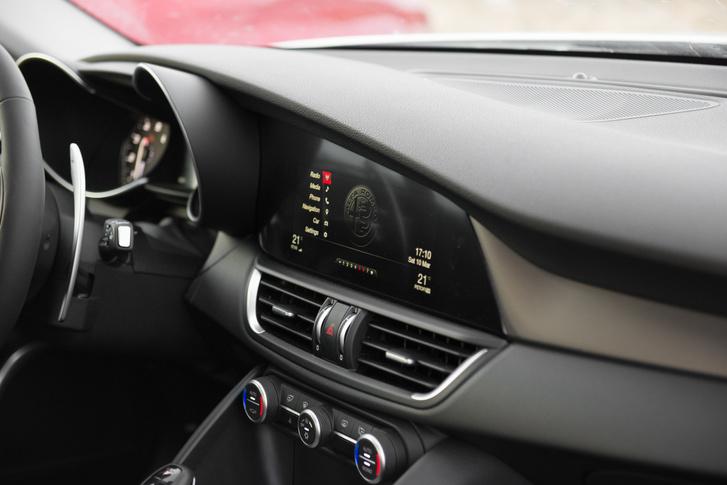 Na most ezt a kijelzőt tessék fejben az Audi, vagy a Mercedes tabletjei mellé rakni