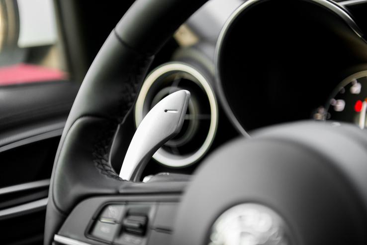Az indexhez és az ablaktörlőhöz nehés is hozzáférni a váltófülektől, de az autót száguldozásra optimalizálták