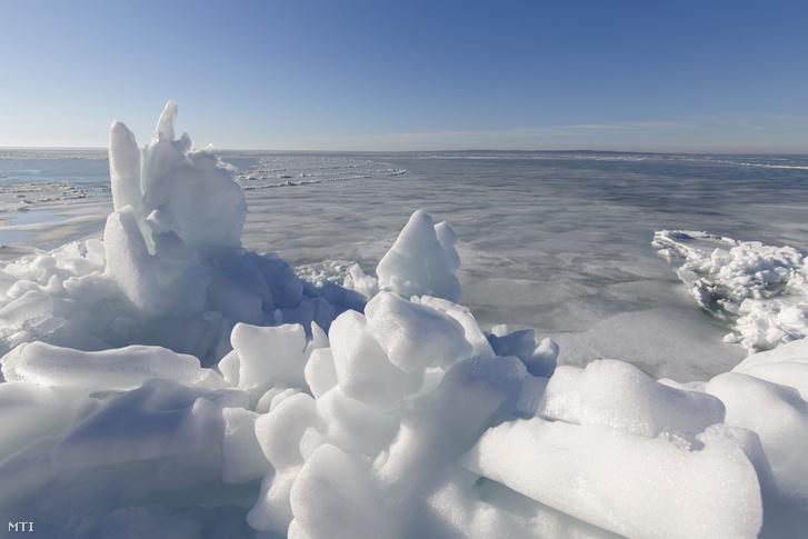 Az erős széltől összetorlódott, olvadó jégtáblák a Balaton partján, Szigligetnél 2018. március 11-én.