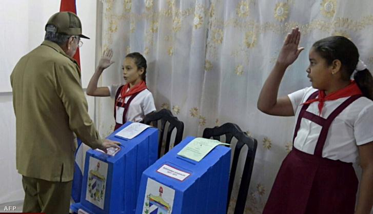 Raúl Castro úttörők tisztelgése mellett adta le szavazatát