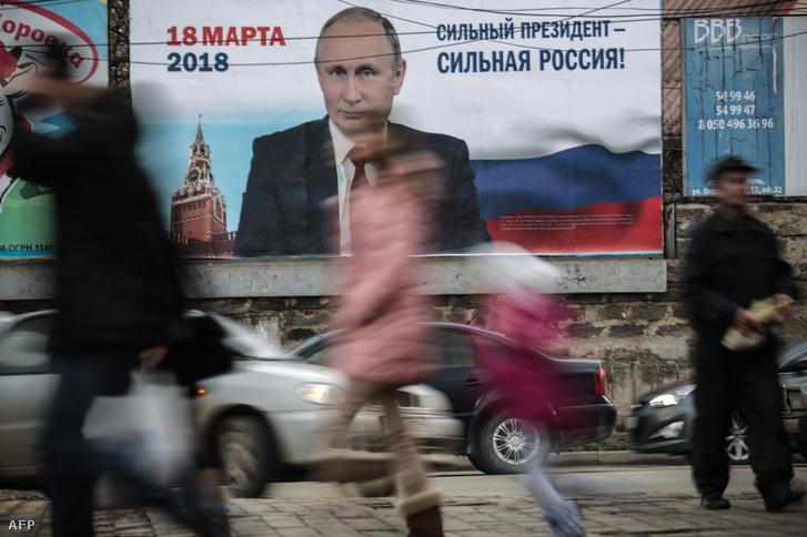 Vlagyimir Putyin választási plakátja Szimferopolban, a Krím-félszigeten