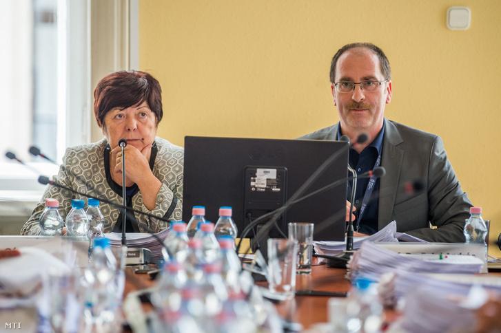 Pálffy Ilona, a Nemzeti Választási Iroda (NVI) vezetője és Patyi András, a Nemzeti Választási Bizottság (NVB) elnöke a testület ülésén Budapesten az NVI székházában 2018. március 9-én.