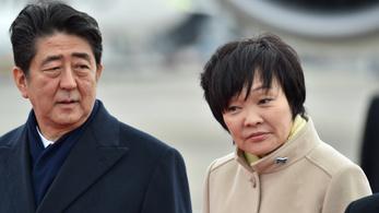 A japán kormányfőt is elérte a telekvásárlási botrányként induló ügy