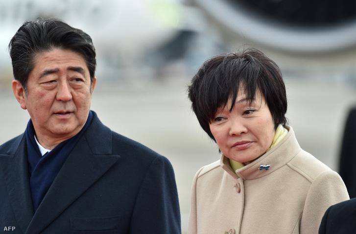 Abe Sindzó japán kormányfő és felesége, Abe Akiéé