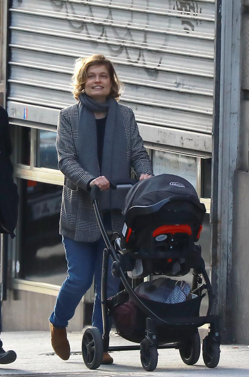 Az első fotók a büszke anyukáról - reméljük, hamarosan a kis Annáról is láthatunk majd képeket.