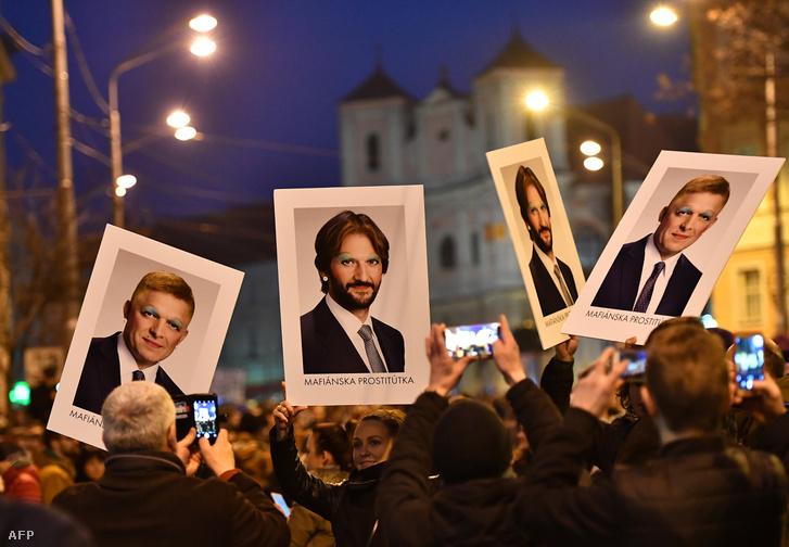 Tüntetők vonulnak Robert Fico és Robert Kalinak képeivel Pozsonyban a korrupció ellen és Jan Kuciak meggyilkolása miatt tiltakozva 2018. március 9-én