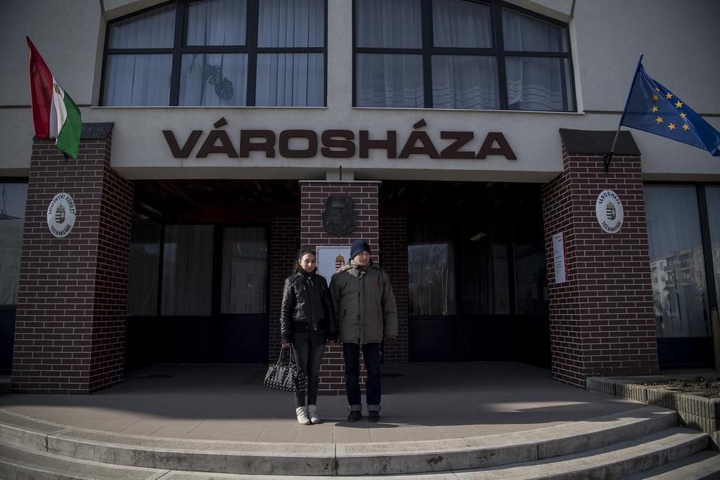 Horváth Alexandrának segít elintézni a háromezer forintos támogatást a városházán