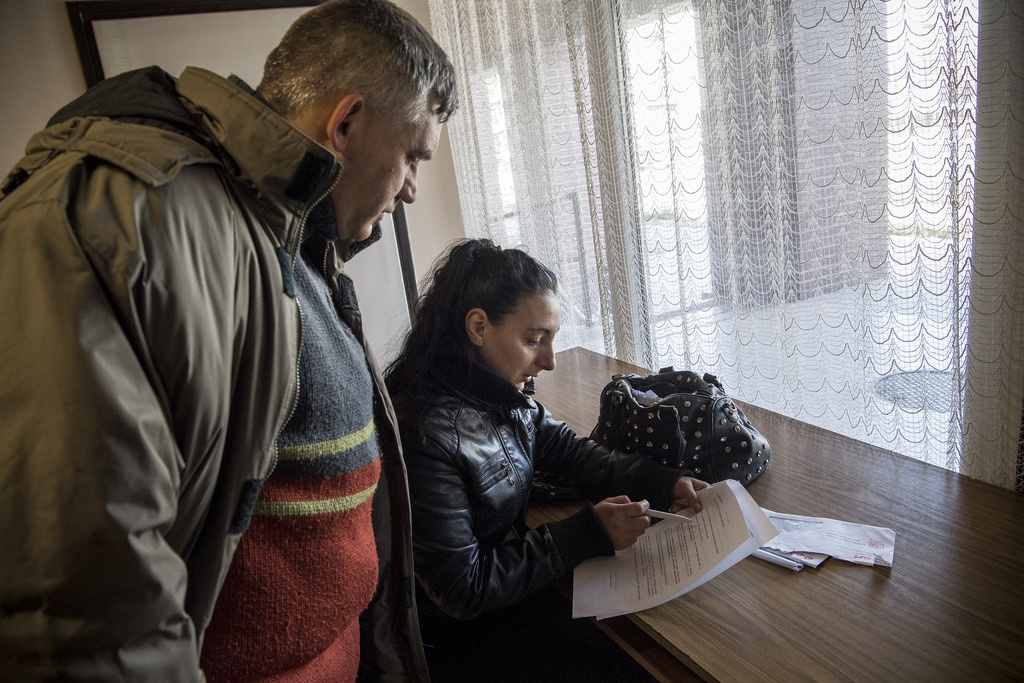 A kérdéseket Alexandra olvassa fel, mert Zsolt 98%-os látássérült, így nem látja a dokumentumot