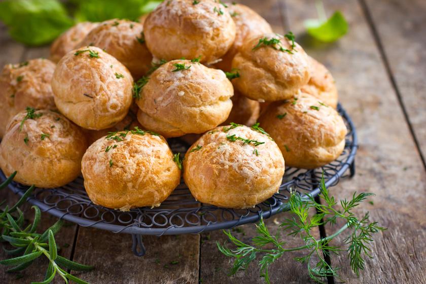 Ropogós, sajtos puffancsok égetett tésztából, eredeti francia recept alapján