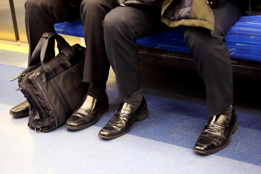 Helyretette a nő a terpeszben ülő férfit, rárontottak az internetezők