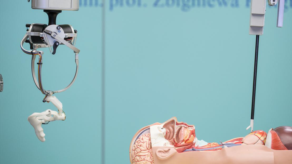 """A lengyel fejlesztésű RobinHeart mc2 (balra) és RobinHeart PVA1 (jobbra) sebészeti műtőrobotok a projekt során kifejlesztett """"smart"""" laparoszkóp segítségével képesek """"tapintási"""" vagy """"haptikus erővisszacsatolási"""" funkciók ellátására is."""