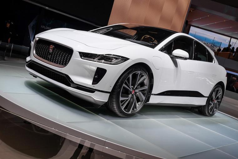 Az idei szalon egyik legfelkapottabb autója a tisztán villamos Jaguar