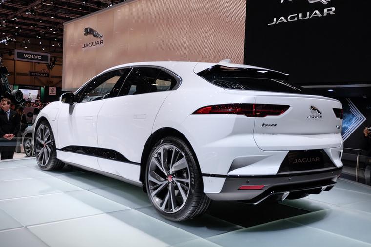 A formát az Aston Martinok újkori formájáért felelős Ian Callum jegyezte