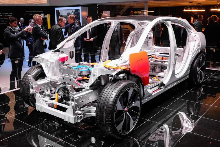 Sok-sok alumínium, a nehéz elemek – például az akkucsomag – a padlóban laknak, akárcsak a Teslában