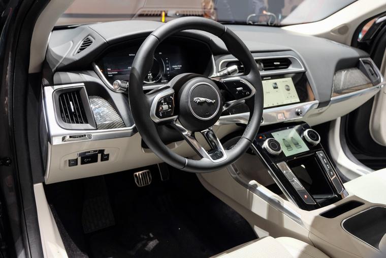 Hogy a Tesla igazán érezze a törődést (és a Tesla-vevőknek ismerős legyen a belső tér), az i-Pace is tele van LCD-tapikijelzőkkel, de azért kívül-belül sokkal autószerűbb