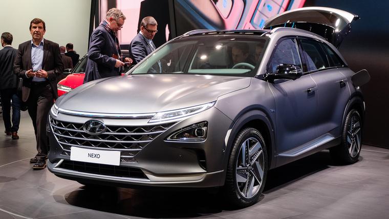 Hyundai-ék második tüzelőanyagcellás – tehát villanymotorokkal hajtott, de az energiát nem egyenesen az akkuból, hanem a tüzelőanyagcellára engedett hidrogénből származó árammal hajtott, valódi fogyasztóknak is árult kocsija az ix35 FC után