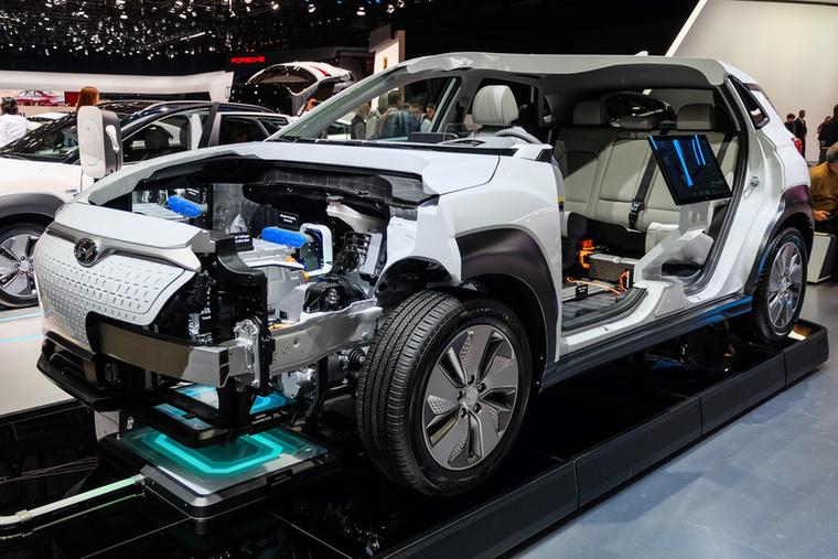 Mint minden korszerű villanyautó, a Kona EV is a padlójában hordja az akkuit a stabilitás és a hellyel való takarékoskodás miatt