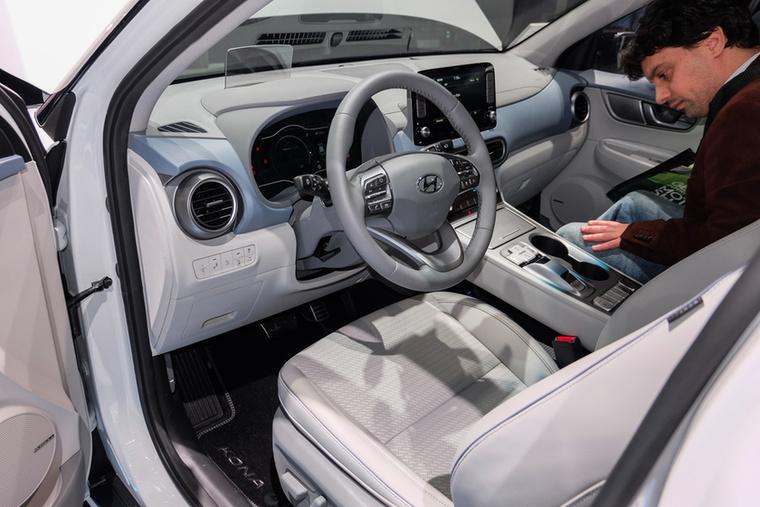 A drágábbik Kona EV-ben 64 kWh-s az akkucsomag, ott 150 kW-os (204 lóerős) a motor, 470 km-t tud megtenni egy töltéssel (persze, melegben, kevés lassítás-gyorsítással), s 7,6 alatt van százon