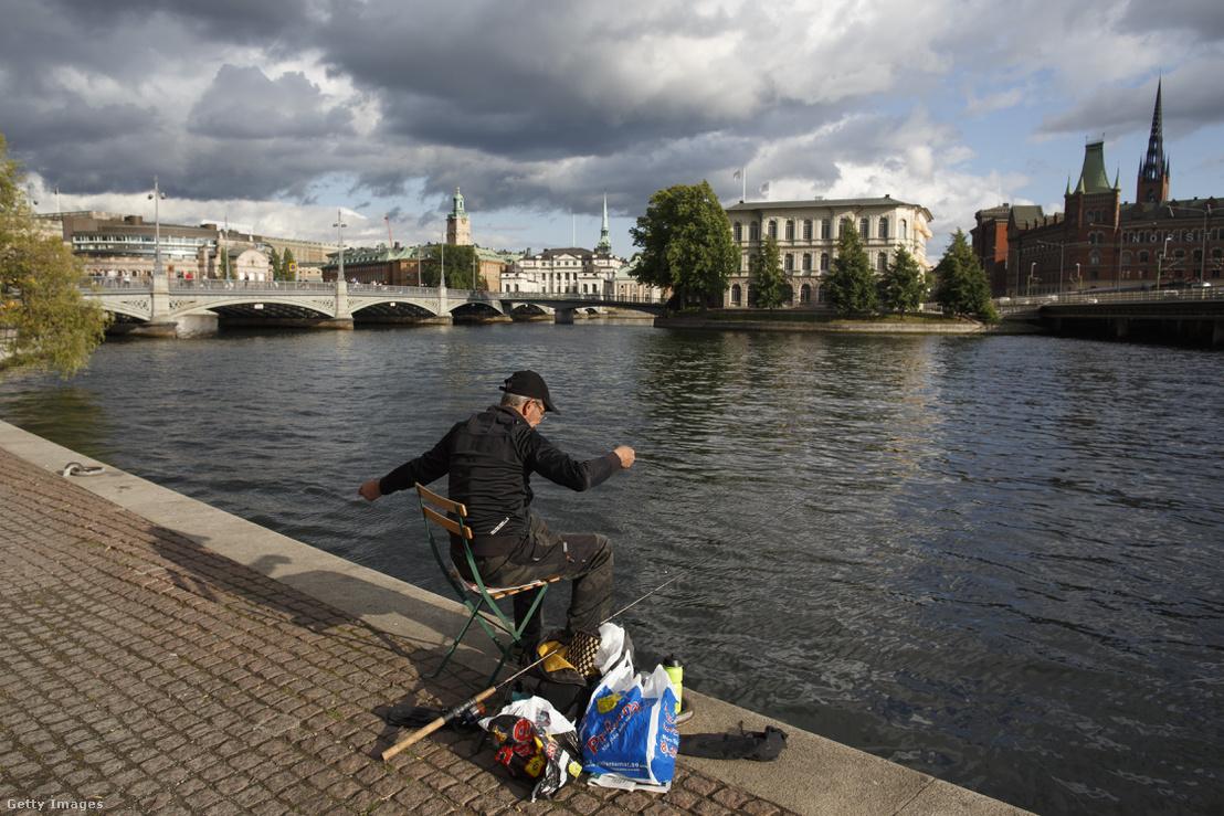 Egy férfi horgászik Stockholmban