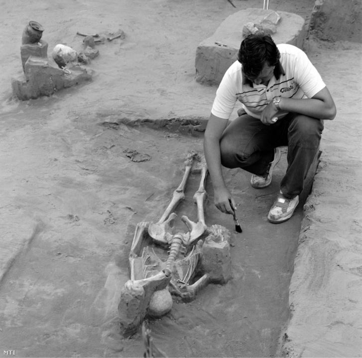 Révész László régész egy sírt tár fel a Borsod megyei Karos község határában 1986. május 23-án. Az eperjesszögi dombokon honfoglaláskori temetőre bukkant Nagypál László helyi lakos. A miskolci Herman Ottó Múzeum régészei 29 sírt bontottak ki, melyekből a honfoglalók első nemzedékének gazdag leletanyaga - nők és gyermekek csontvázai, ezüst karperecek, gyöngyök, agyagedények, nyugati illetve arab ezüstpénzek - kerültek elő.