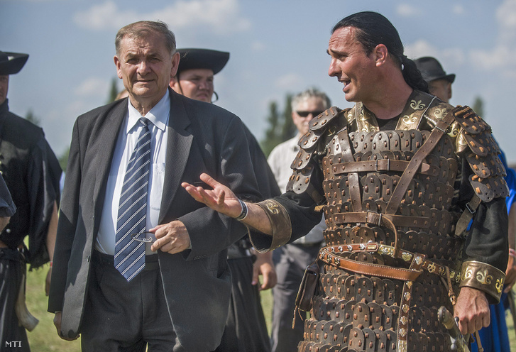 Lezsák Sándor, az Országgyűlés fideszes alelnöke (b) és Bíró András Zsolt, a rendezvény szervezője a Kurultáj magyar törzsi gyűlés megnyitóján, Bugacpusztán 2014. augusztus 9-én.