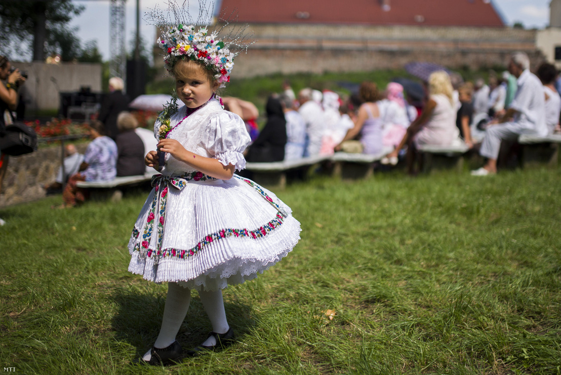 Népviseletbe öltözött lány a Szent Anna-napi Palóc búcsún Balassagyarmaton 2016. július 31-én.