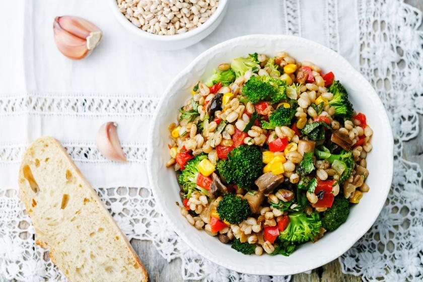 40-50 gramm gerslit főzz puhára, majd keverj közé fél fej párolt brokkolit és egy fél felkockázott kaliforniai paprikát. Ha szeretnéd, párolt sampionnal, pici citromlével és petrezselyemzölddel is kiegészítheted.