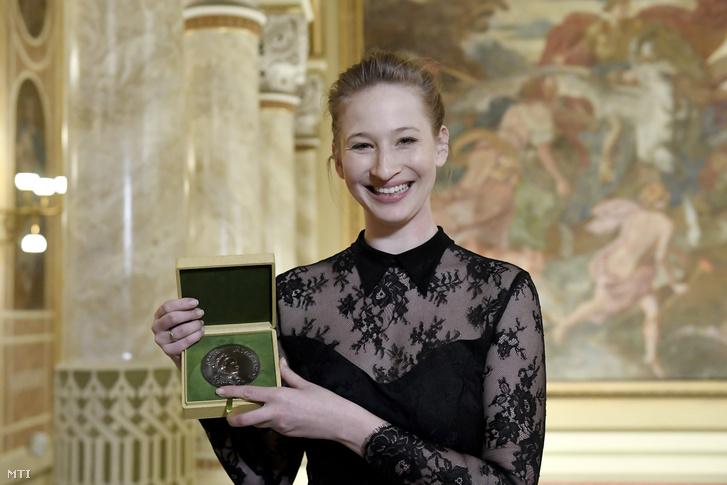 A Jászai Mari-díjjal kitüntetett Tenki Réka színésznő az állami művészeti és miniszteri szakmai díjak átadásán a Pesti Vigadóban 2018. március 13-án.