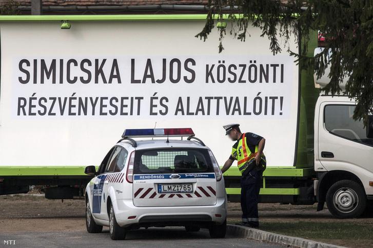 Simicska Lajos köszönti részvényeseit és alattvalóit! felirat egy teherautón elhelyezett óriásplakáton a Fidesz-KDNP frakcióülésének otthont adó Park Inn Sárvár szállónál még jóval az összeveszés előtt 2012. szeptember 5-én
