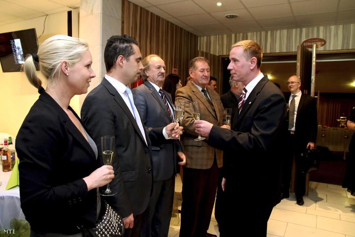 Vona Gábor a Jobbik elnöke (b2) koccint Rig Lajossal Veszprém megye 3-as választókerületében április 12-én megválasztott jobbikos országgyűlési képviselőjével miután átvette megbízólevelét Tapolcán 2015. április 21-én.